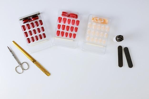 Manicure profissional, preparação para colar o conjunto de unha no armário dos técnicos de unhas. Foto Premium