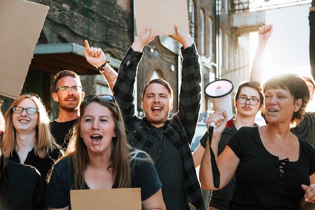 Manifestantes alegres marchando pela cidade Foto Premium