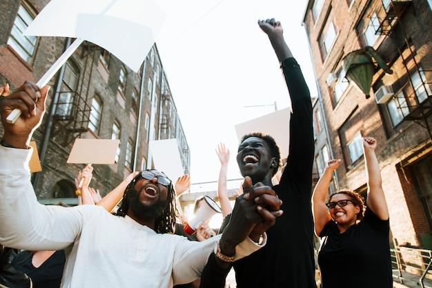 Manifestantes em êxtase em uma manifestação Foto Premium