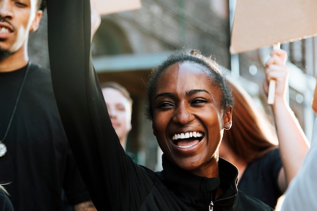 Manifestantes em êxtase marchando pela cidade Foto gratuita