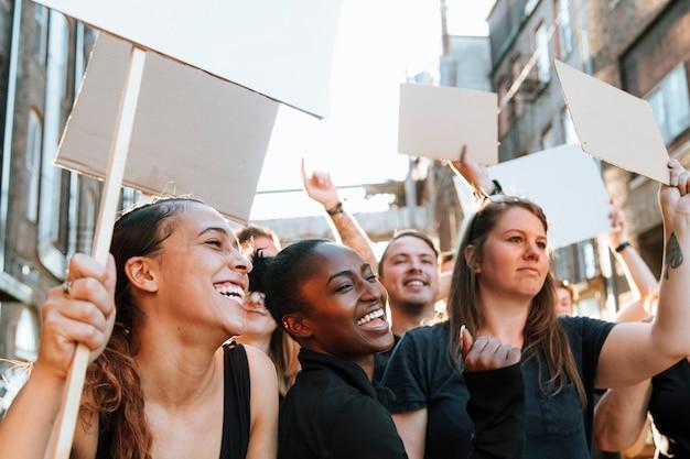 Manifestantes em êxtase marchando pela cidade Foto Premium