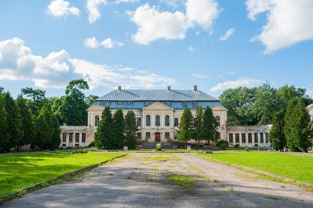 Mansão abandonada. santo palácio volovichi, castelo em svyatskoye. uma bela estrutura arquitetônica antiga, uma escada de pedra ou mármore nos leva à entrada da mansão, que parece abandonada Foto Premium