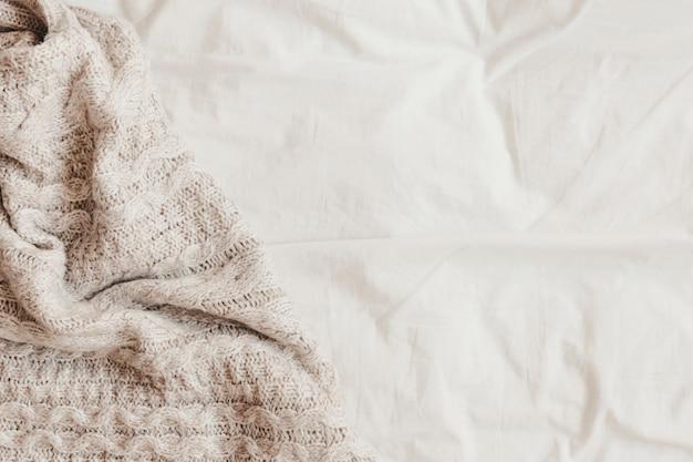 Manta de lã em lençol branco Foto gratuita