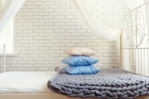 Manta de malha cinza com travesseiros Foto Premium