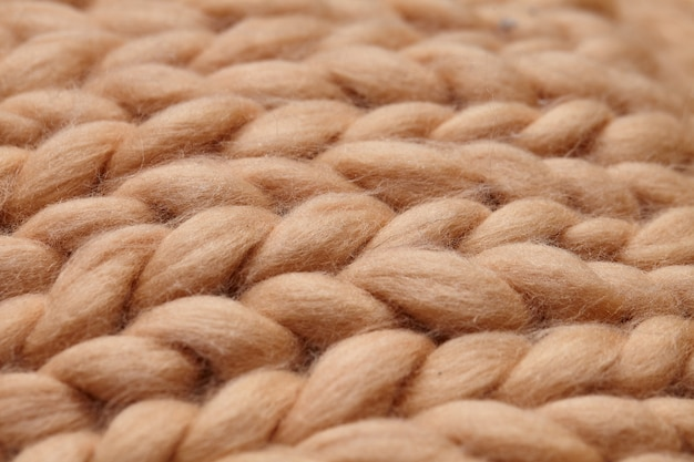 Manta de malha merino lã artesanal grande, fio super robusto, conceito moderno. close-up de cobertor de malha, fundo de lã de merino. manta de designer feita de lã esfumaçada bege Foto Premium