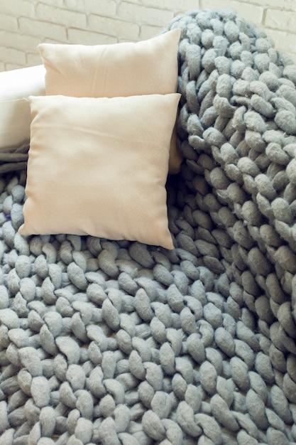 Manta gigante de malha cinza com almofadas Foto Premium
