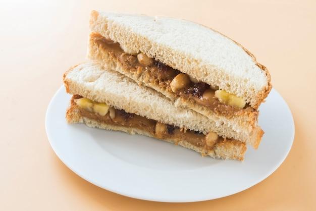 Manteiga de amendoim com pão e geléia de framboesa Foto Premium