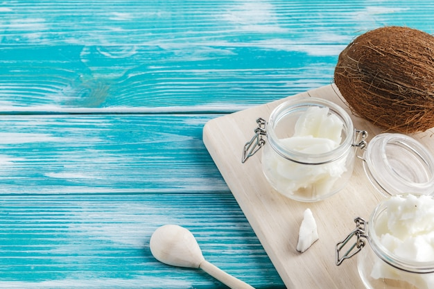 Manteiga de coco no fundo de madeira. conceito de comida saudável orgânica Foto Premium