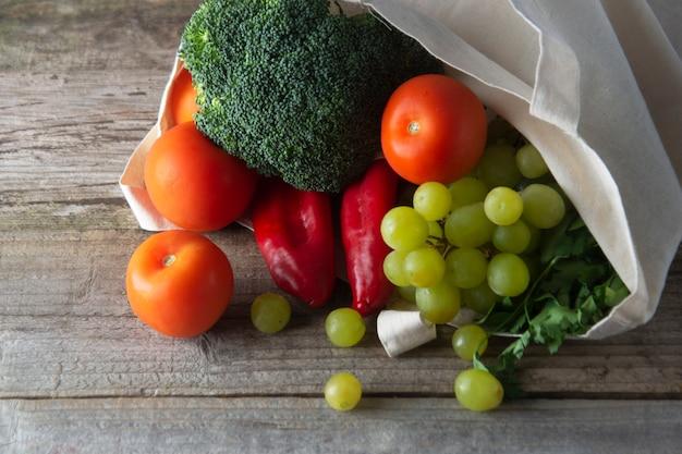 Mantimentos em eco saco com frutas e legumes. zero sacola de compras de alimentos descartados. Foto Premium
