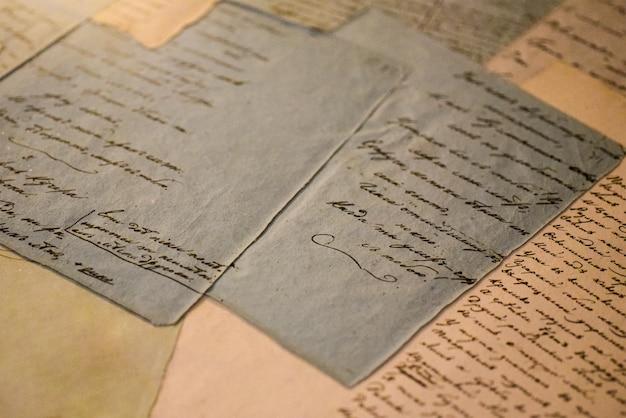 Manuscritos antigos em folhas de papel Foto Premium