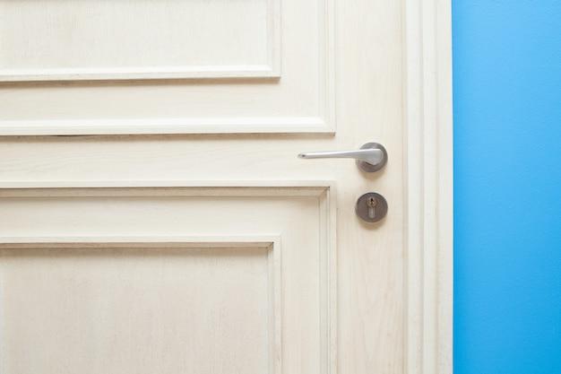 Mão abrindo a porta do quarto para o conceito de hotel e casa Foto Premium