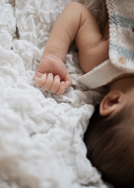 Mão adorável recém-nascido adorável de close-up Foto gratuita