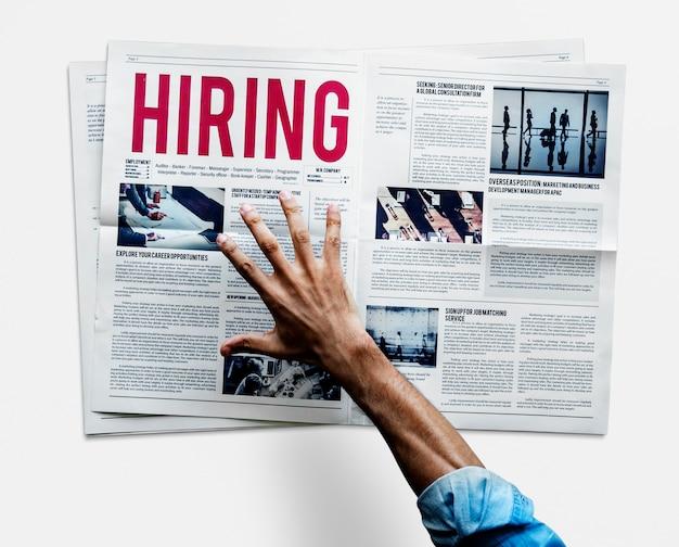 Mão, alcançar, agarrar, jornal, contratação, anúncio trabalho Foto Premium