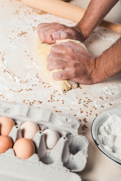 Mão, amassar, a, massa, ligado, contador cozinha Foto gratuita