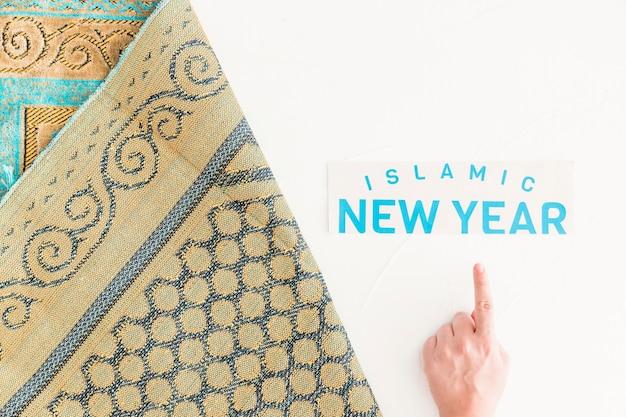 Mão apontando para o ano novo islâmico Foto gratuita