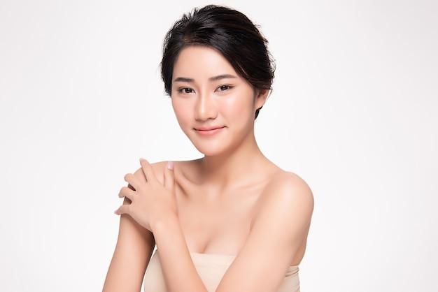Mão asiática bonita jovem tocando no ombro. pele limpa e fresca Foto Premium