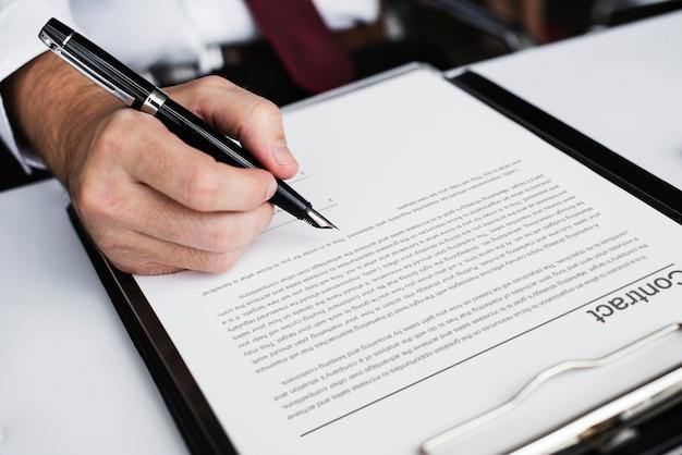 Mão assinando contrato de negócios Foto gratuita