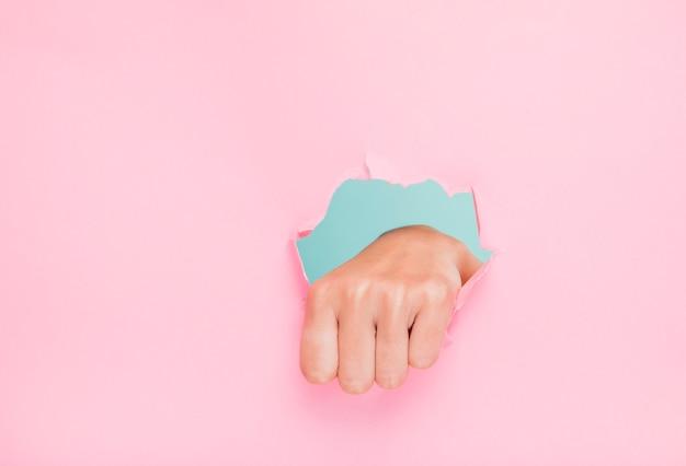 Mão, através, papel, buraco Foto gratuita