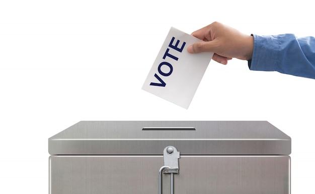 Mão, colocando o papel de voto, eleições e conceito de democracia Foto Premium