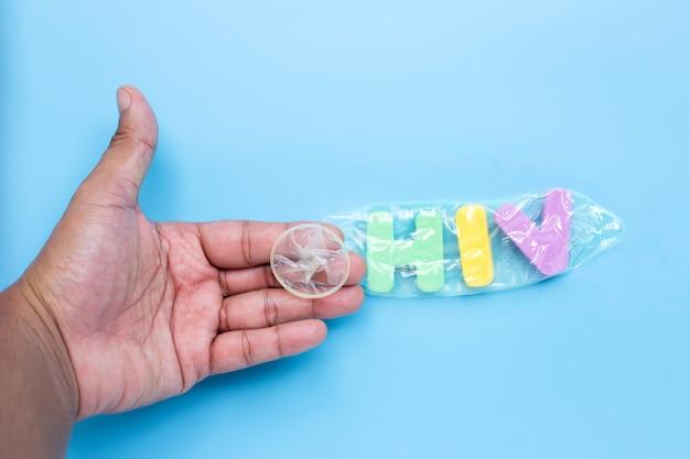 Mão com alfabeto colorido