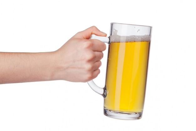 Mão com copo de cerveja cheia isolado Foto Premium