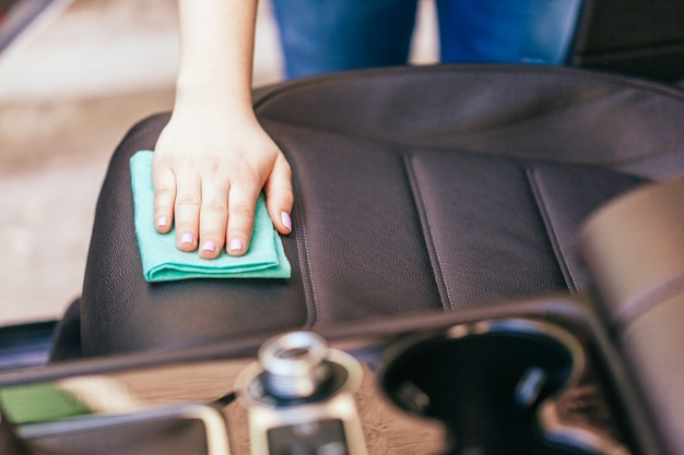 Mão, com, microfibra, pano, limpeza, car Foto Premium