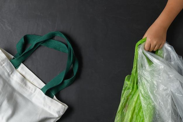 Mão, criança, segurando, sacolas plásticas Foto Premium