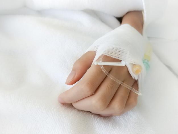 Mão da criança envolvida com gaze para o apoio no hospital. Foto Premium