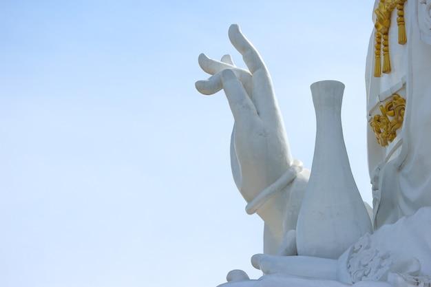 Mão da estátua branca grande famosa tailandesa do guanyin do bodhisattva com fundo do céu. Foto Premium