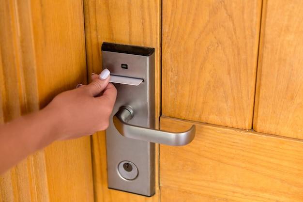 Mão da mulher com o cartão-chave no fechamento eletrônico. Foto Premium