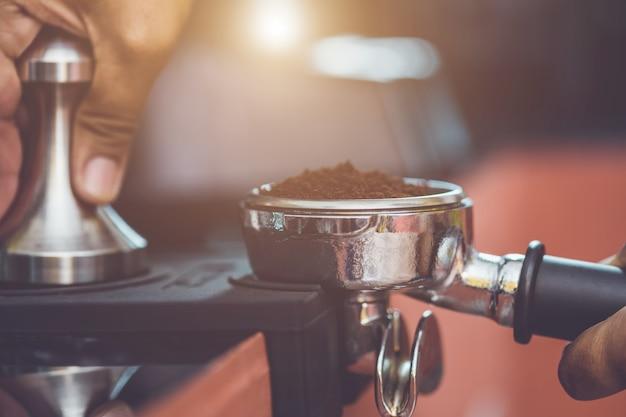 Mão, de, barista, segurando, adulteração café, e, fazer, café, preparação Foto Premium