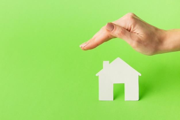 Mão de close-up com o conceito de figura em casa Foto gratuita