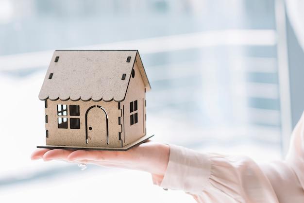 Mão de colheita com casa de brinquedo Foto gratuita