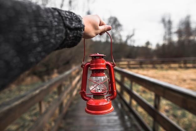 Mão de colheita com lâmpada de óleo Foto gratuita