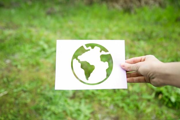 Mão de colheita segurando o símbolo da terra Foto gratuita