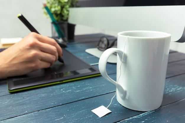 Mão de designer gráfico, trabalhando com stilus e tablet Foto Premium