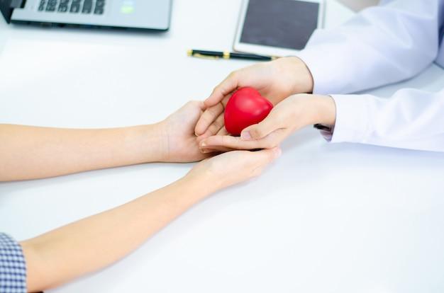 Mão, de, doutor, dê coração, para, pessoas, mão Foto Premium