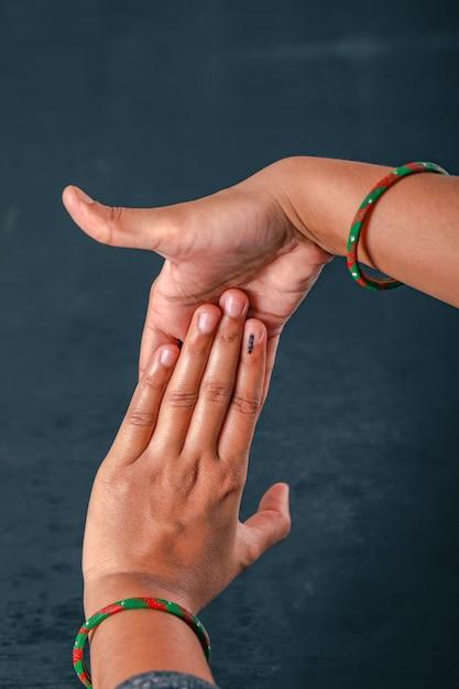 Mão de eleitor indiano com sinal de voto Foto Premium