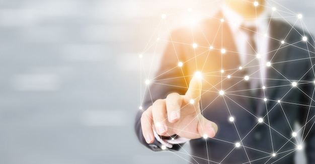 Mão de empresário tocando rede global esfera conexão comunicação e tecnologia Foto Premium
