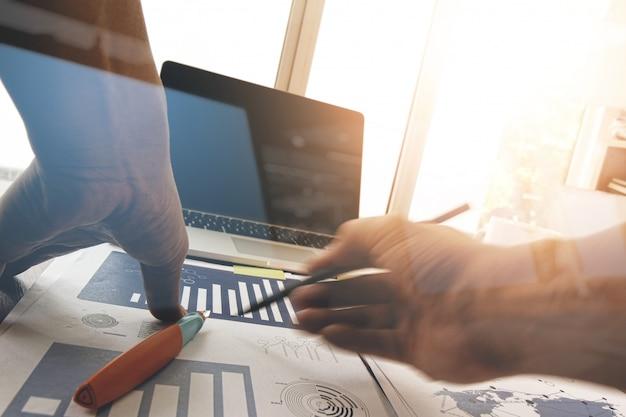 Mão de empresário trabalhando com novo computador moderno e estratégia de negócios como conceito Foto Premium
