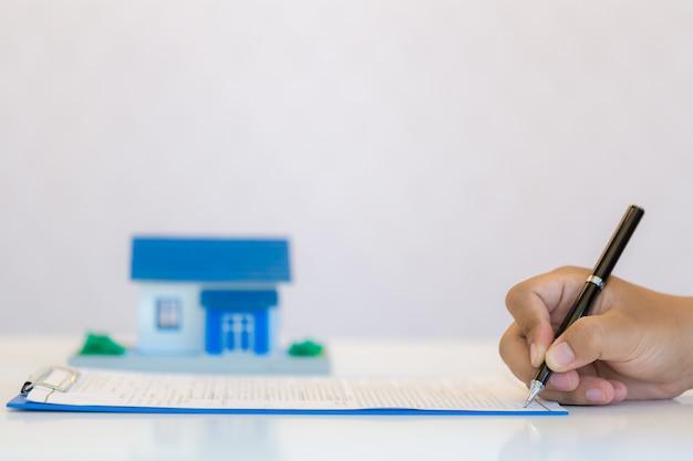 Mão de encher o documento closeup, Foto gratuita