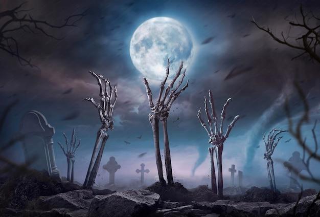 Mão de esqueleto de zumbi subindo na noite escura de halloween. Foto Premium