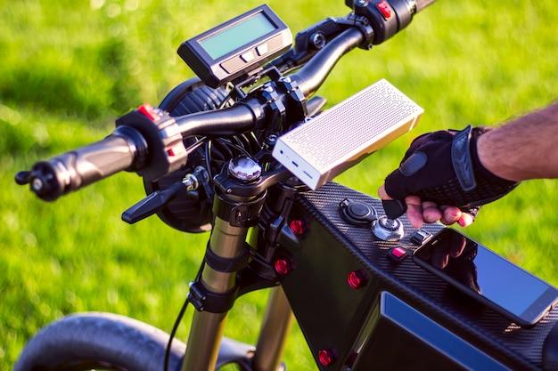 Mão de homem, girando a chave de ignição na ebike Foto gratuita