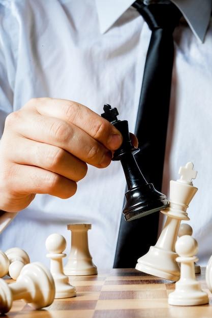 Mão, de, homem negócios, xadrez jogando Foto Premium
