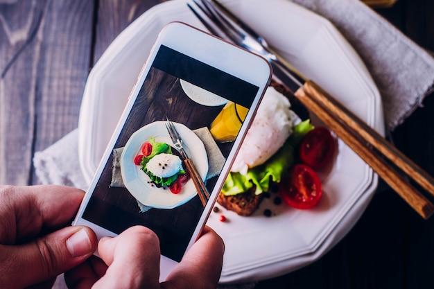 Mão de homens tirando foto foto comida com smartphone móvel Foto Premium