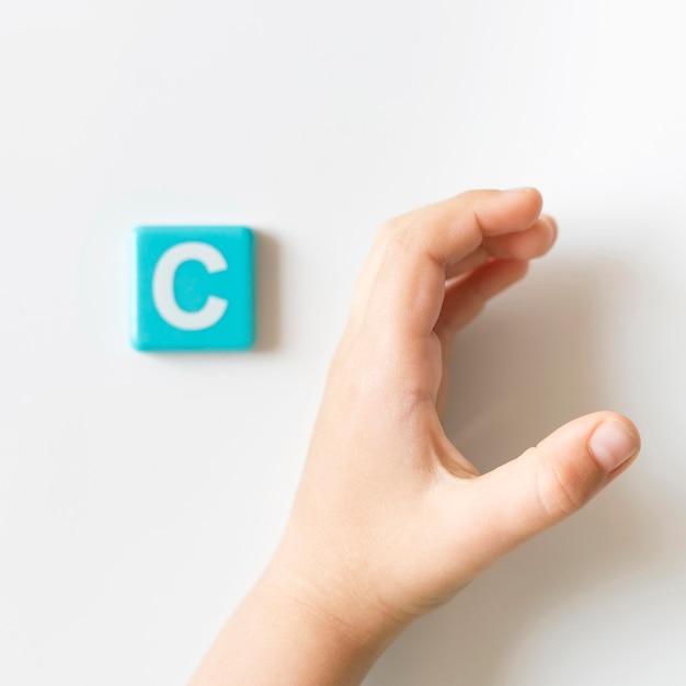 Mão de língua de sinais, mostrando a letra c Foto gratuita