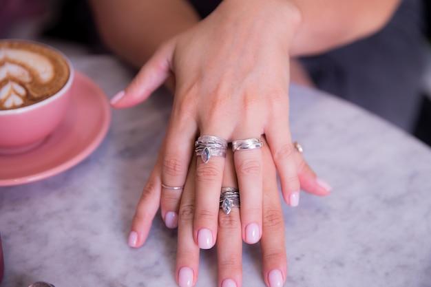 Mão de mulher com anéis Foto Premium