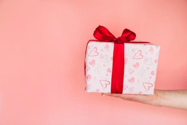 Mão de mulher com caixa de presente Foto gratuita