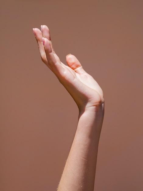 Mão de mulher de lateral na luz Foto gratuita