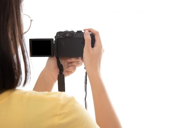 Mão de mulher fotografando com uma câmera digital isolada no branco. Foto Premium